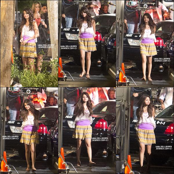 . . 15.08.12 : Selena tournait une scène pour son film ou elle se faisait arrêté par la police. . .
