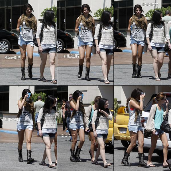 . . 20.08.12 : Selena a été vue  en compagnie de Samantha Droke et Ashley Cook dans les rues de Los Angeles. . .