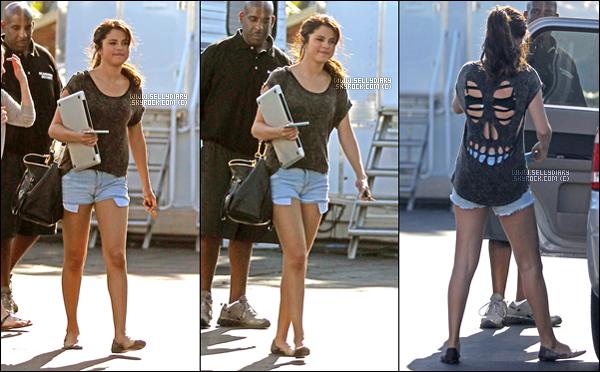 . . 22.08.12 : Selena a été vue sur le tournage de son film à Los Angeles. . .
