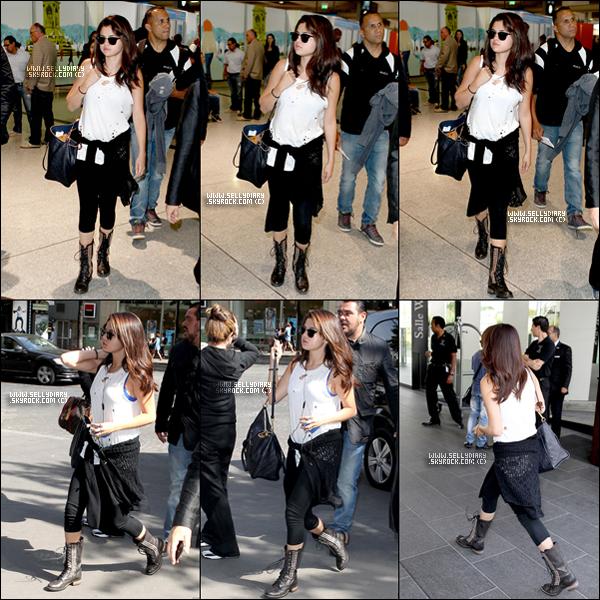 . . 02.09.12 : Selena a été vue arrivant à l'aéroport de Paris pour l'avant première de« Spring Breakers ». . .