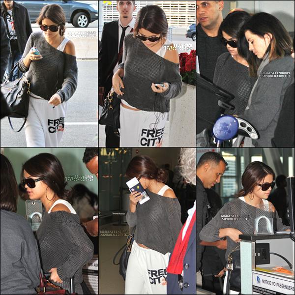 . . 09.09.12 : Selena a été vue à l'aéroport de Toronto.  . .