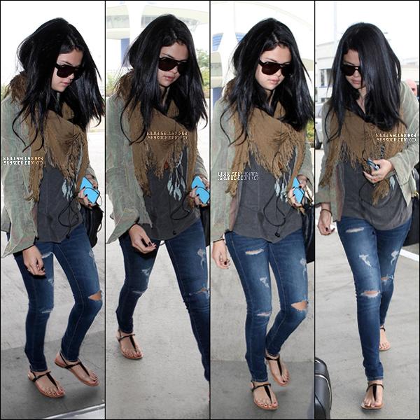 . . 13.09.12 : Selena a été vue à l'aéroport de LAX.  . .