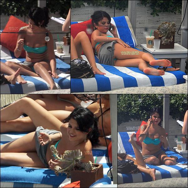 . . 17.09.12 : Selena a été vue avec des amis au bord de la piscine de leur hôtel à Miami.  . .