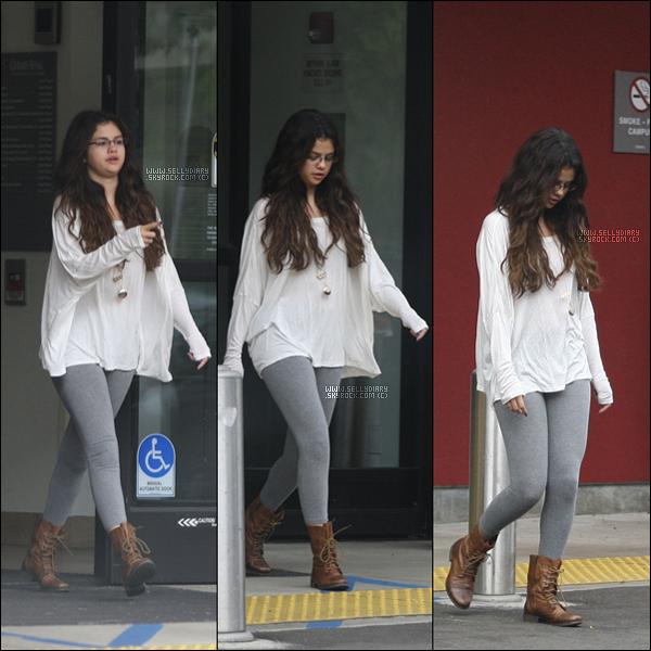 . .  18.10.12 : Selena a été vue quittant l'hôpital pédiatrique du centre de recherche « Steven Spielberg  » à Beverly Hills.  . .