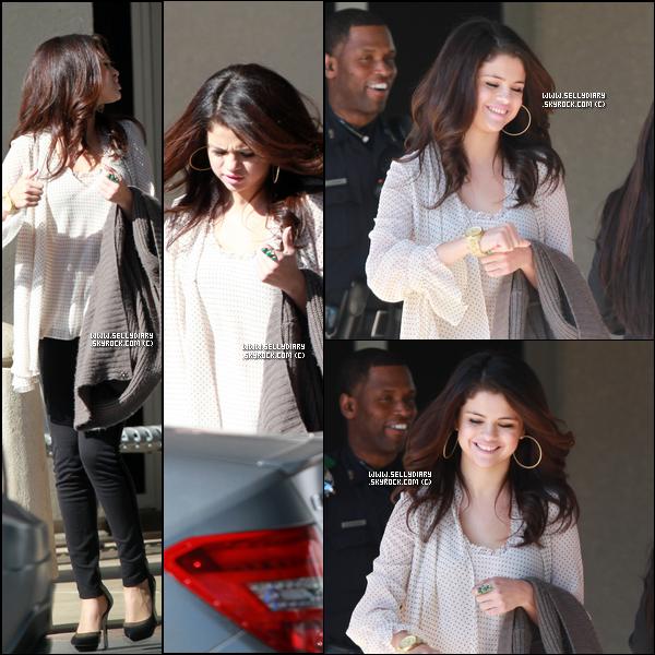 . . 13.11.12 :  Selena été vue arrivant à son domicile à Dallas.  . .