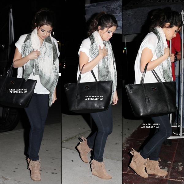 . . 15.11.12 :  Selena été vue en compagnie de Justin arrivant au «  Laugh Factory » à Los Angles.  . .