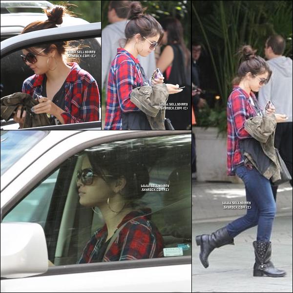 . . 17.11.12 :  Selena été vue en compagnie de Taylor Swift arrivant au restaurant «  Osteria La Buca »  à Los Angeles.  . .
