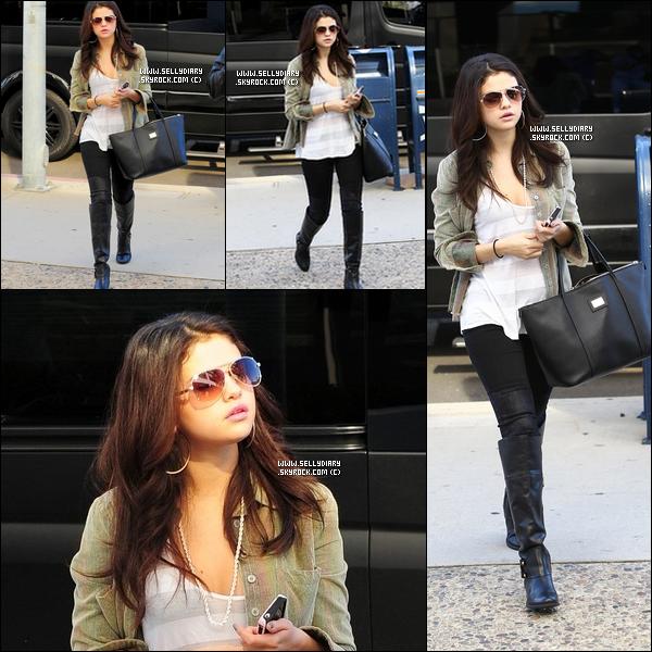 . . 19.11.12 :  Selena s'est rendue au centre de chirurgie « Freedom  Vision Surgery Center » à Encino.  . .