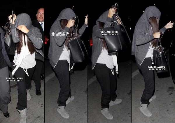 . . 25.11.12 :  Selena  a été vue arrivant à l'aéroport de LAX à Los Angeles.  . .