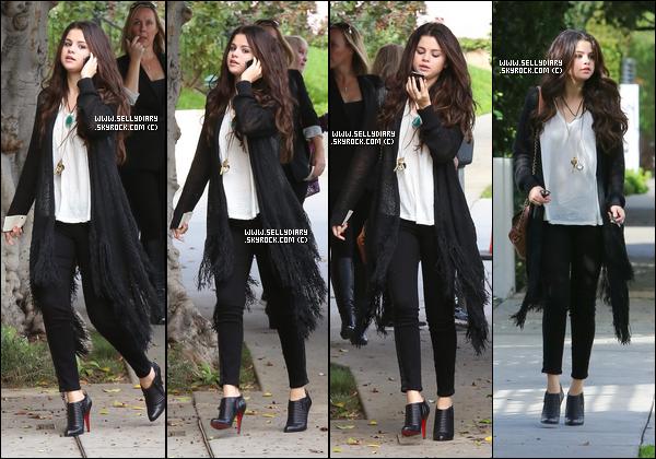 13.12.12 :  Selena a été vue quittant le salon « Nine Zero One » où elle est allée rendre visite à une amie à Los Angeles.