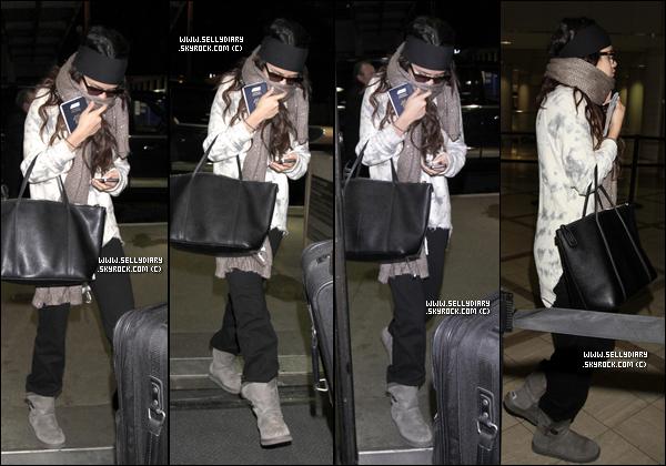 29.12.12 :  Selena a été vue en compagnie de sa famille au parc d'attraction « Universal Studios » à Los Angeles.