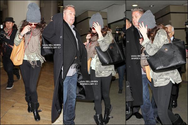 02.02.13 :  Selena a été vue entrain de quitter le restaurant de « Panera Bread » à Los Angeles.