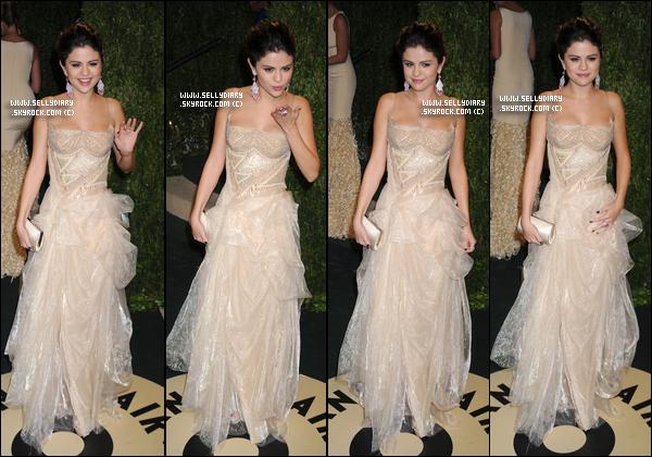 23.02.13 :  Selena a été repérée avec Vanessa Hudgens entrain d'arriver à l'aéroport de LAX à Los Angeles.