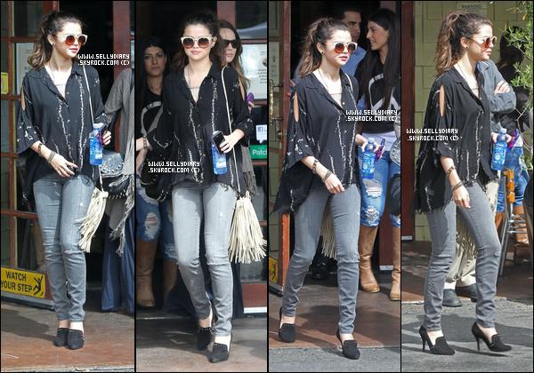 02.03.13 :  Selena a été aperçue entrain de faire du shopping avec Samantha dans Beverly Hills .