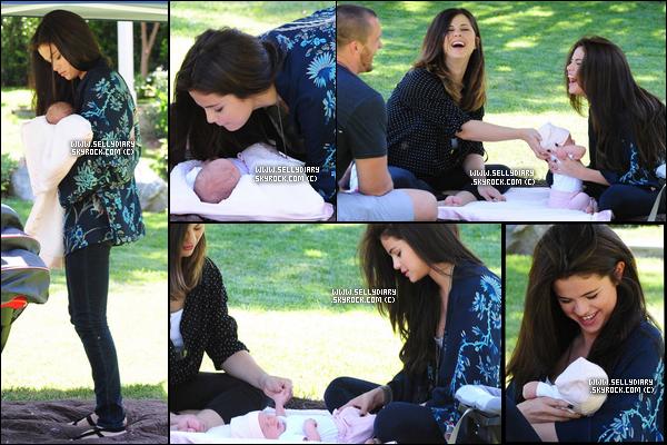 21.06.13 :  Selena a été vue avec sa s½ur Gracie, son beau père et sa mère entrain de prendre du bon temps dans un parc.