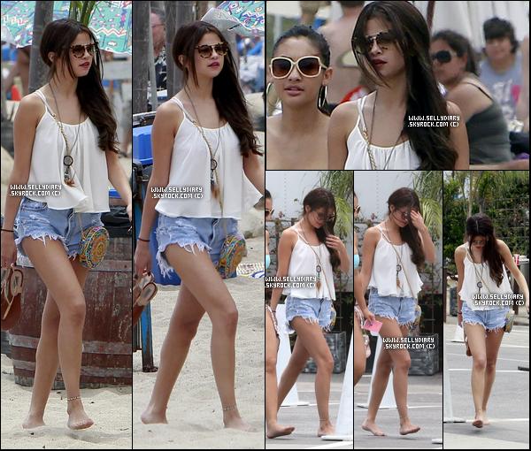 23.06.13 :  Selena a été aperçue entrain de quitter la plage Paradise Cove en compagnie de Francia Raisa, à Malibu.