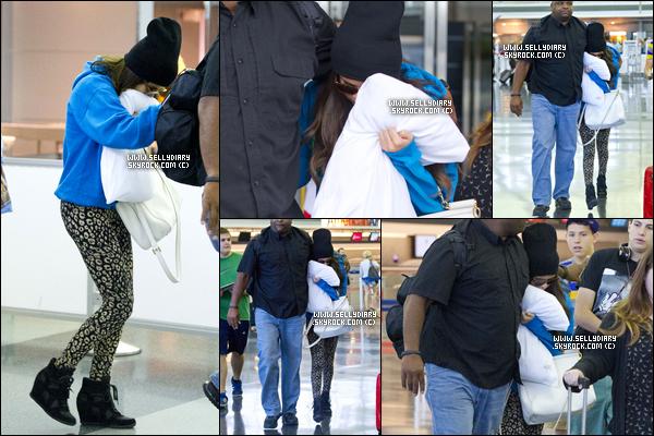 29.06.13 :  Selena a été vue arrivant à l'aéroport JFK, le matin à New York.