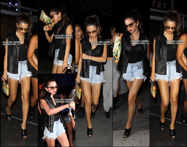29.06.13 :  Selena a été aperçue arrivant à l'aéroport de Boston afin de prendre un vol pour Los Angeles.