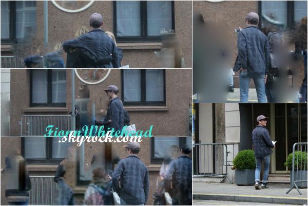 Fionn a été aperçut récemment dans Dunkerque devant son hôtel. Fionn était attendu par un petit groupe de soutient. J'aime beaucoup sa tenue. Enfin une candids. TOP.