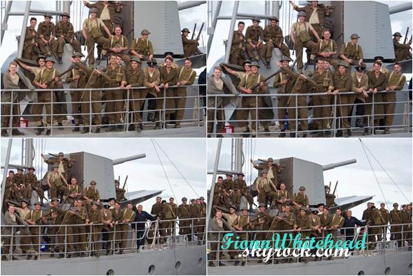 Les acteurs et figurants prenant la pose sur un bateau !