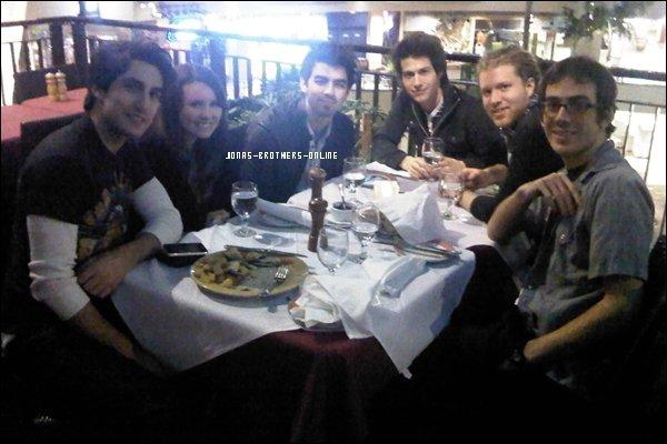 → 12.01.2010   Joe a déjeuné avec des amis à Los Angeles :
