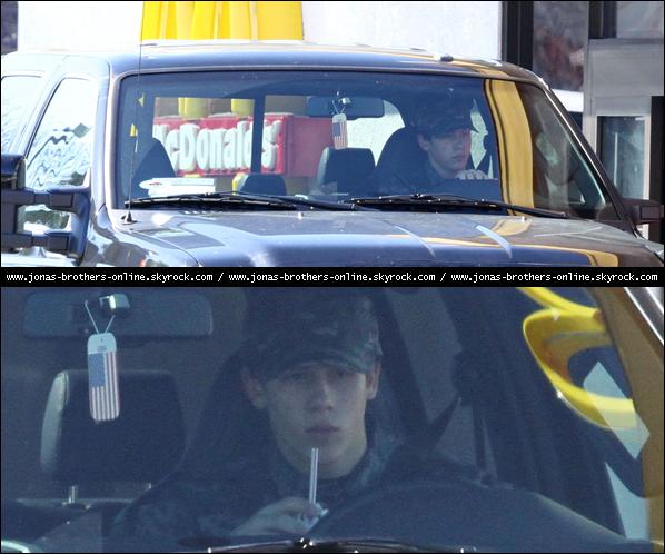 → 28.02.2010 | Nick a été aperçu au McDrive de McDonald's achetant une boisson... .