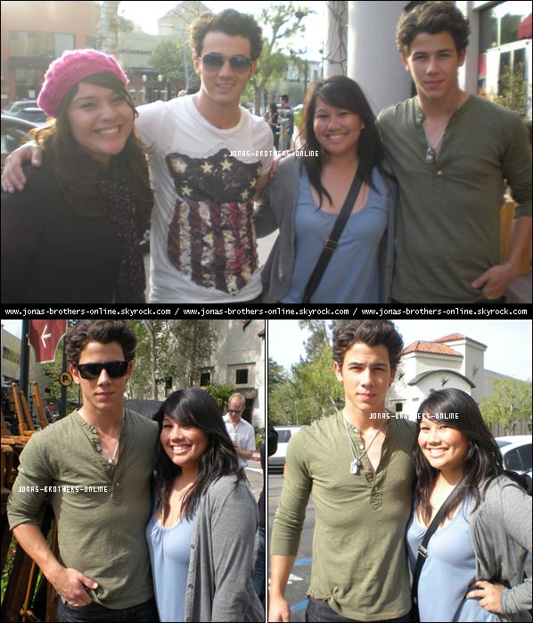 + 24.03.2010   Photos de fans avec Nick & Kevin en pause sur le tournage de la série JONAS LA : +