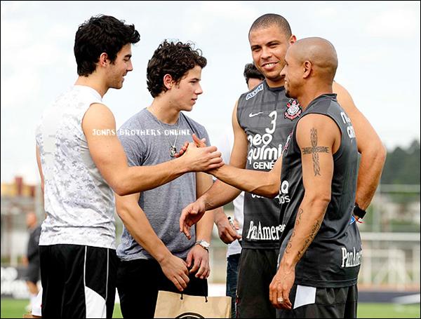 _ 05.11.2010 | Nick & Joe étaient au Centre d'Entraînement de l'équipe des Corinthiansà São Paulo au Brésil. Ils y ont rencontrés les deux stars du club : Ronaldo & Roberto Carlos !