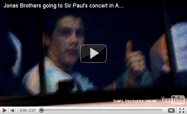 + 11.11.2010 | Les Jonas Brothers se sont rendus au concert de Paul McCartney à Buenos Aires :
