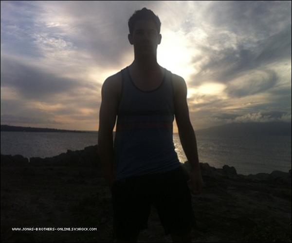 + 24.04.11 | Nick a (enfin) changé d'image de profil sur twitter : +