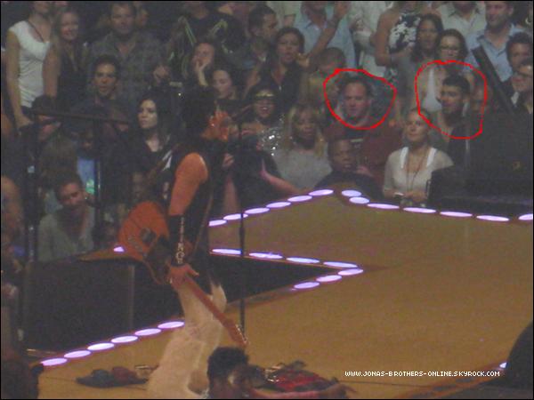 _ 28.05.2011   Joe était au concert de Prince avec John Taylor :