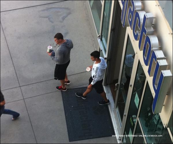 + 01.06.2011 | Photo de Joe et un ami quittant The Body Factory après leur séance de sport : +