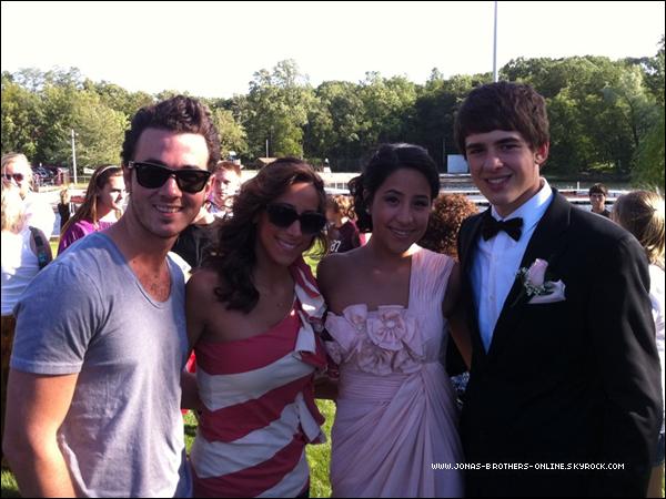 _ 03.06.2011   Danielle, Kevin et sa belle-soeur... posent pour une photo :