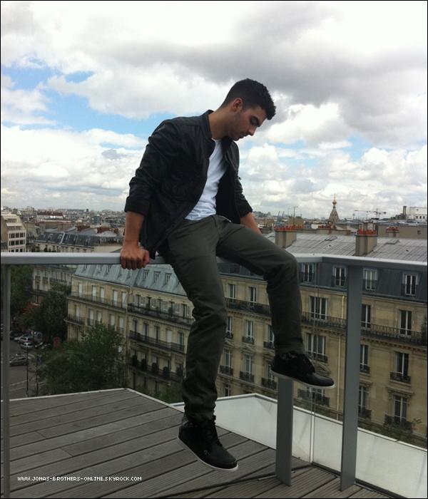 _ 22.06.2011   Joe a posté sur son twitter une vidéo & des photos à Paris :