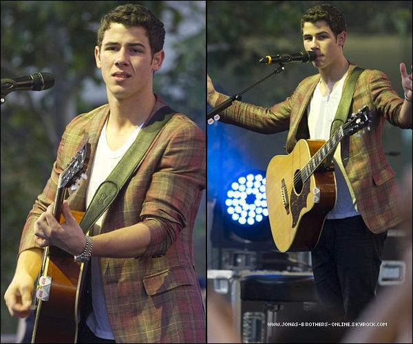 → 01.07.2011 | Nick était en concert acoustic pour l'ouverture du Microsoft Store de Los Angeles...