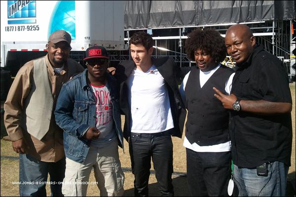 → Nouvelle photo de Nick & The Administration lors de leur concert à Ottawa :++[ → article associé ] .