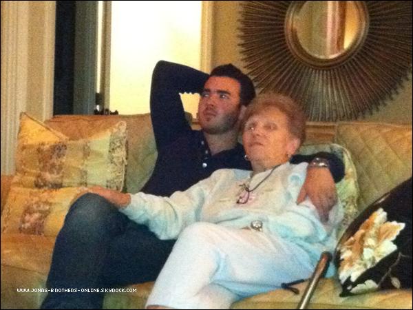 → 07.09.2011   Danielle a posté sur twitter une nouvelle photo de Kevin & sa grand-mère...  .