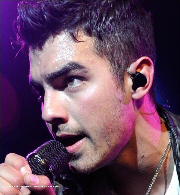 → 06.10.2011   Joe était en concert au Best Buy Theater de New York : .