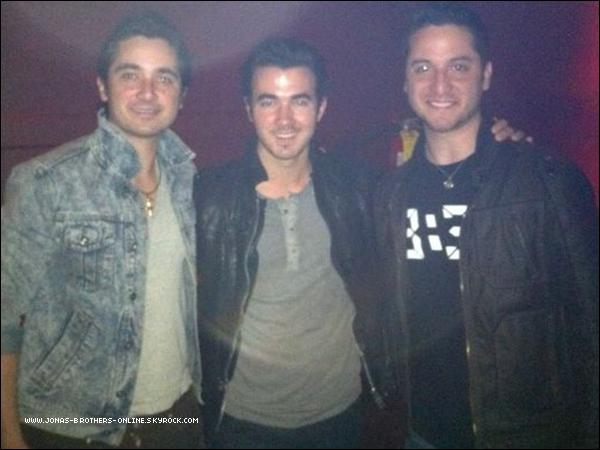 → 13.10.2011 | Nouvelle photo de Kevin & le groupe Boyce Avenue postée sur son twitter :.