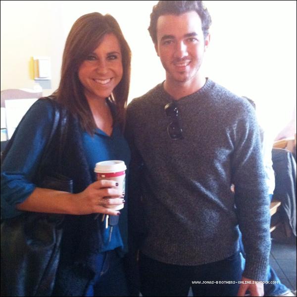 → 22.11.2011 | Photo de Kevin & une fan au Starbucks de Southlake au Texas :.