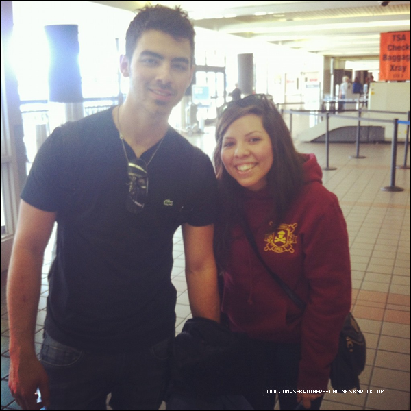 → 13.01.2012 | Photo de Joe & une fan à l'aéroport de LAX :.