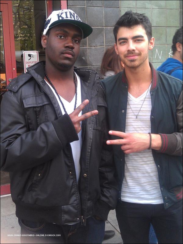 _ 15.04.2012 | Un fan a rencontré Joe à la sortie d'un restaurant à New York :