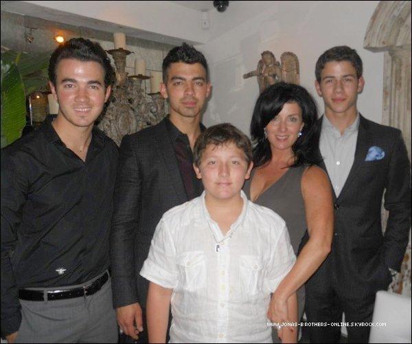 → 11.05.2012 | Kevin, Joe, Nick & Frankie ont souhaité via twitter une bonne fête à leur mère :