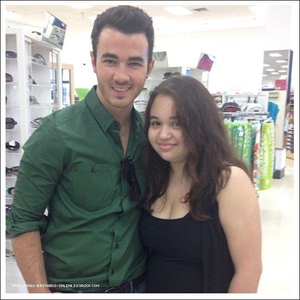 → 15.07.2012 | Une fan a rencontré Kevin au Walmart_de Denville dans le New Jersey :