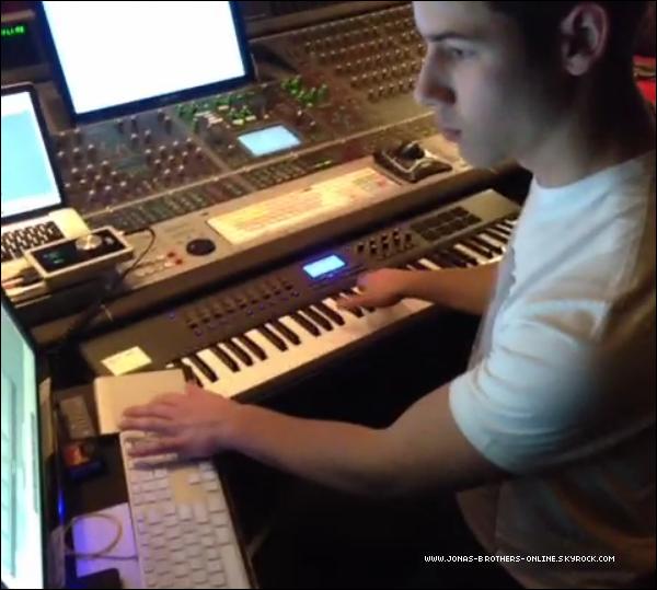 → 01.02.2013 | Nick, Joe & Kevin étaient en studio à New York :