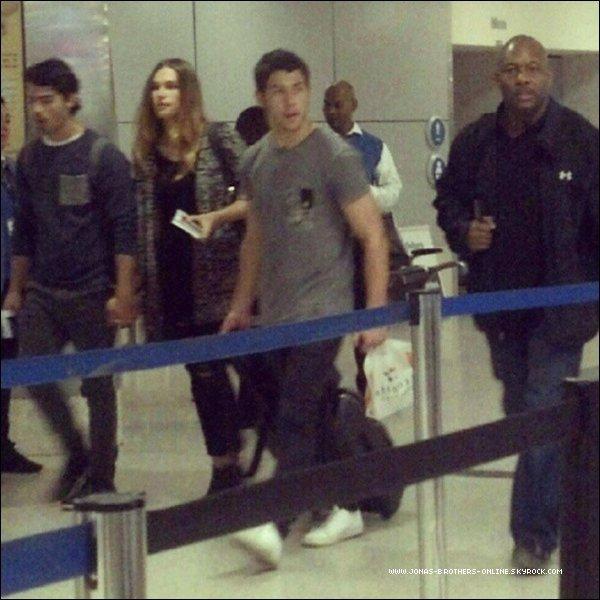 → 24.03.2013 | Les JB sont de retour sur le sol américain.Nick, Joe (& Blanda) sont arrivés à l'aéroport de LAX_et Kevin à Newark  :.