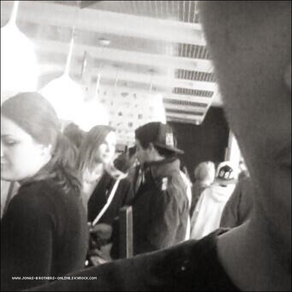 → 31.03.2013 | Joe a déjeuné au Aroma Cafe_de SoHo à New York avec Blanda :.