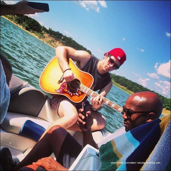 → 01.07.2013   Nick & des amis ont passé l'après-midi sur un bâteau au Texas :