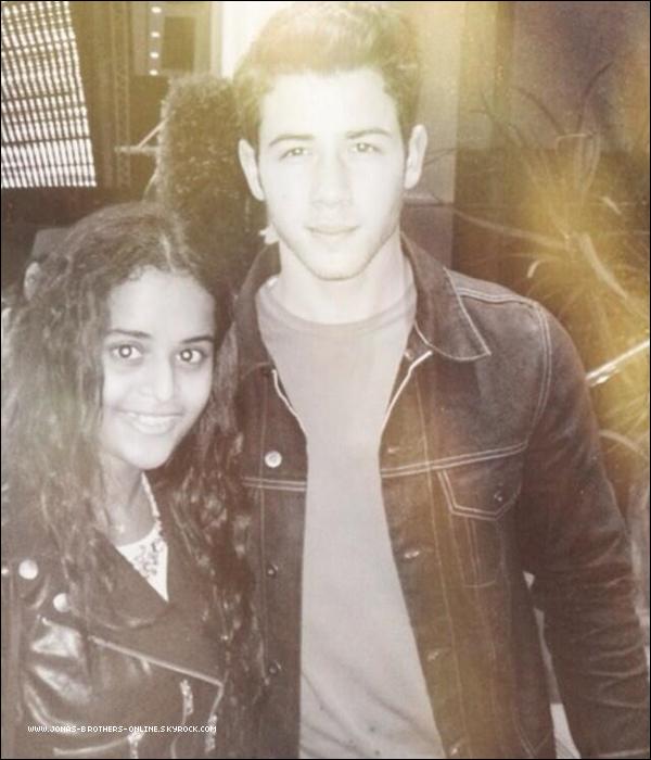 _ 15.10.2013 | Nick a posé avec une fan à la sortie d'un restaurant à Los Angeles :_