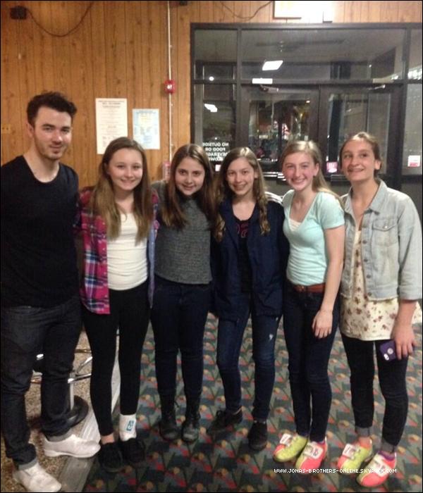 _ 11.04.2014 | Des fans ont rencontré Kevin dans un bowling du New Jersey :
